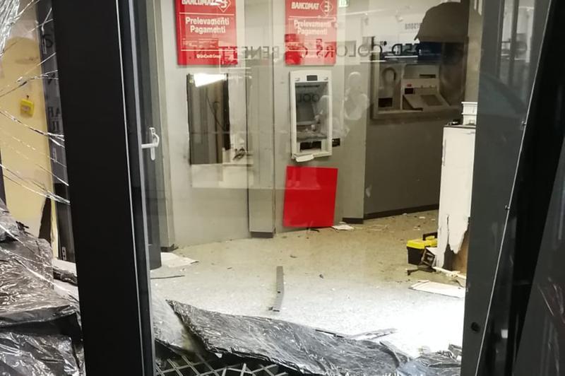 Botto impressionante ai bancomat, ladro colpito dall'onda d'urto