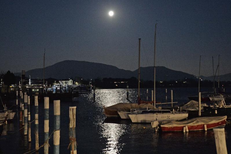 La Superluna illumina il lago di magia: benvenuta primavera
