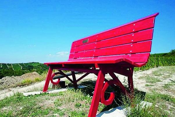 Iseo Una Grande Panchina Colorata Per Un Panorama A 180 Gradi
