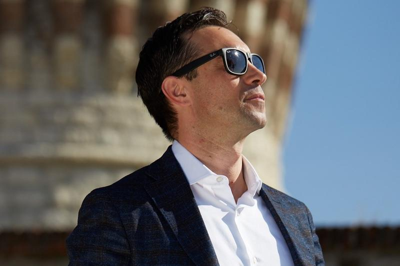 Stefano Persechini indossa una delle sue famose camicie © www.giornaledibrescia.it