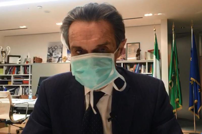 Il presidente della Regione Lombardia Fontana con la mascherina - Foto © www.giornaledibrescia.it