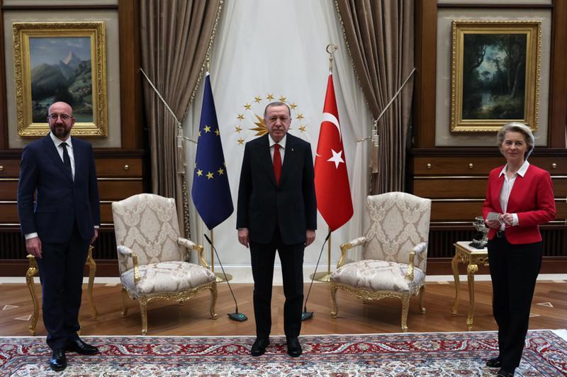 Nella visita in Turchia Michel seduto con Erdogan, mentre per la tedesca un posto su un divano -  Foto © www.giornaledibrescia.it