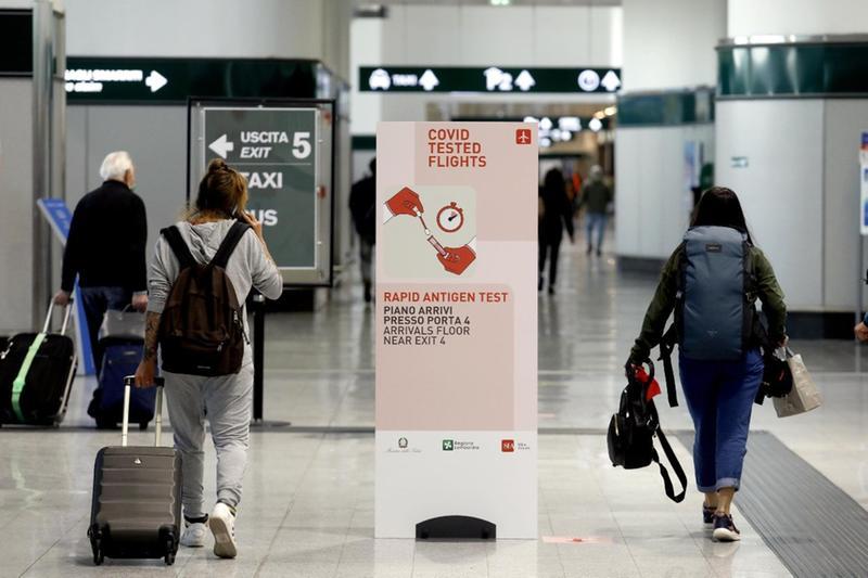Passeggeri all'aeroporto di Malpensa - Foto Ansa  © www.giornaledibrescia.it