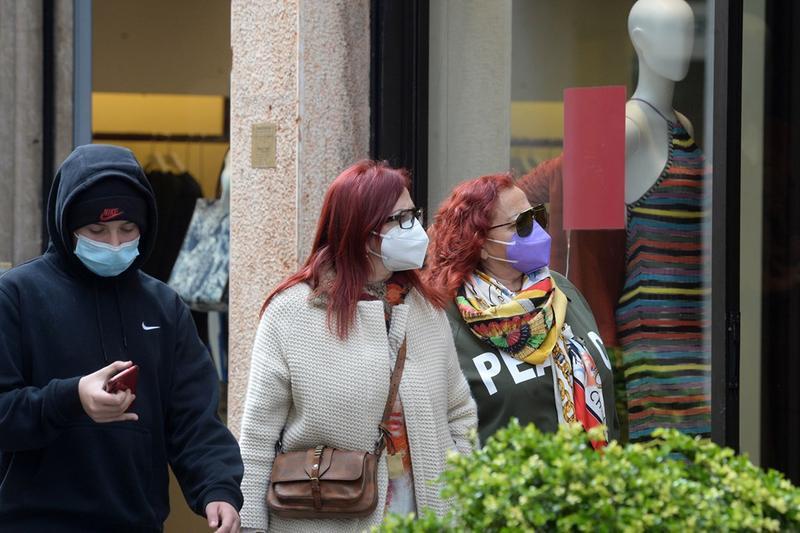 Passanti in centro a Brescia indossano la mascherina - Foto Marco Ortogni/Neg © www.giornaledibrescia.it
