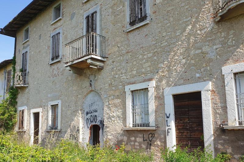 L'edificio vuoto è stato imbrattato e danneggiato - Foto © www.giornaledibrescia.it