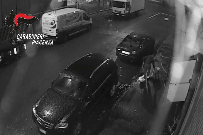 Immagini della videosorveglianza finite nell'inchiesta dei Carabinieri di Fiorenzuola - © www.giornaledibrescia.it