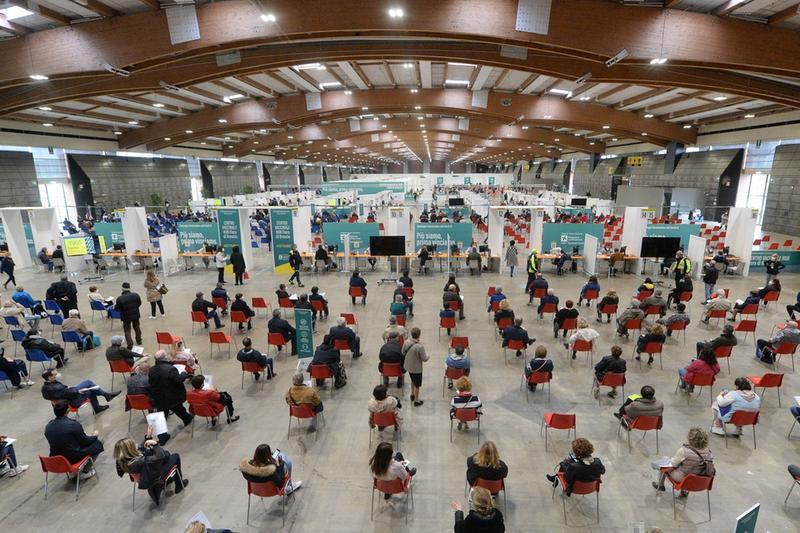 Si lavora a pieno ritmo al centro vaccini alla Fiera di Brescia - Foto © www.giornaledibrescia.it