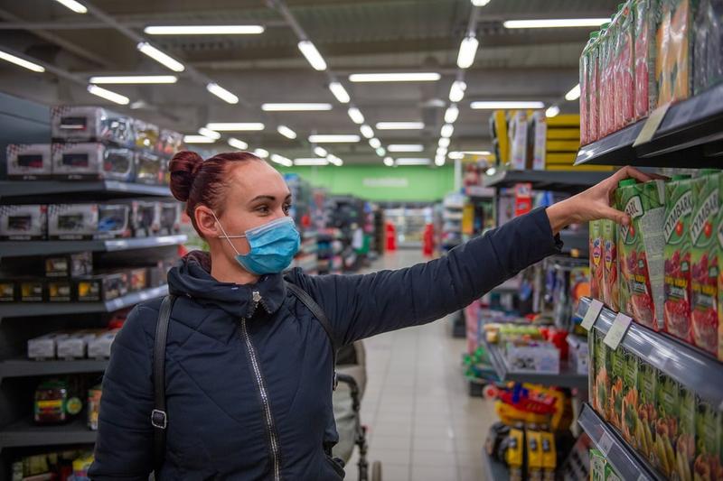Una ragazza al supermercato - Foto © www.giornaledibrescia.it