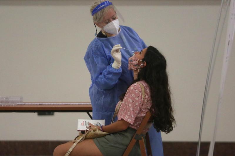 Una ragazza si sottopone al tampone molecolare - Foto Ansa/Epa/Orestis Panagiotou © www.giornaledibrescia.it
