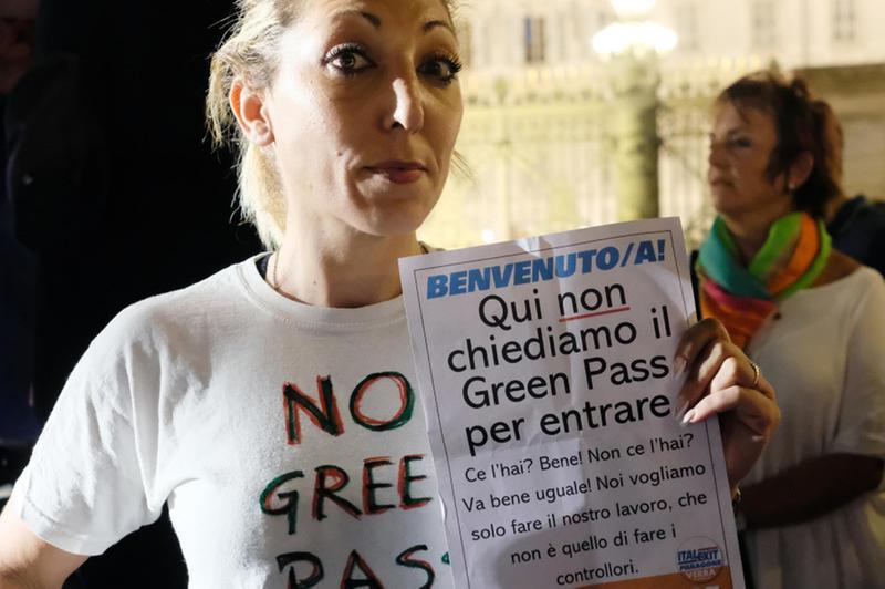 Una manifestante scesa in piazza a Torino