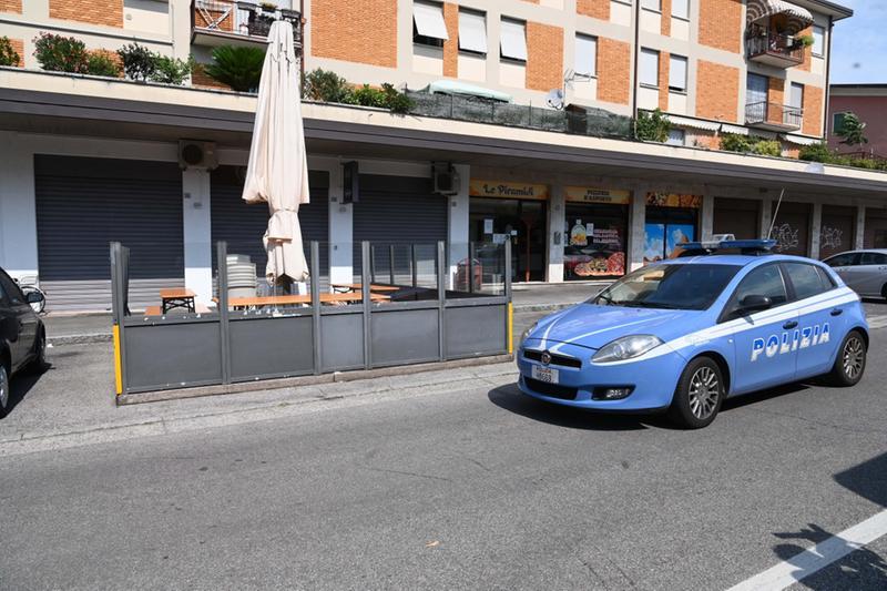 La Polizia di fronte al bar teatro dell'aggressione - Foto Gabriele Strada /Neg © www.giornaledibrescia.it