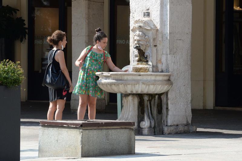 Refrigerio alla fontana di corso Zanardelli, a Brescia