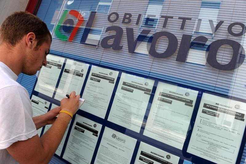 Un giovane lavoratore davanti a una bacheca di annunci di lavoro (foto d'archivio) - Foto Ansa  © www.giornaledibrescia.it