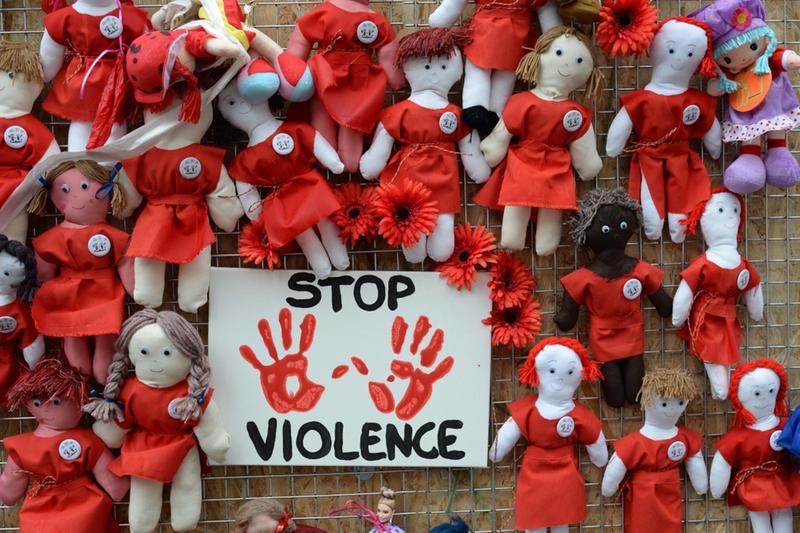 Il muro delle bambole contro la violenza sulle donne, un'installazione del 2019 in via Gambara - Foto Gabriele Strada /Neg © www.giornaledibrescia.it
