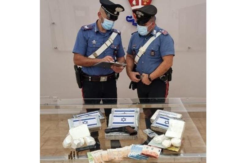 Droga, soldi e pistola sequestrati dai Carabinieri - Foto Carabinieri © www.giornaledibrescia.it