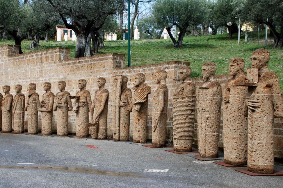 Le opere di mimmo paladino invadono il centro storico for Lista permesso di soggiorno brescia maggio 2017